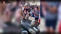 Roma, Valeria Marini nella barcaccia: daspo e multa per la showgirl | Notizie.it