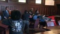 Dos hermanos se abalanzan en pleno juicio contra el acusado de matar a su madre