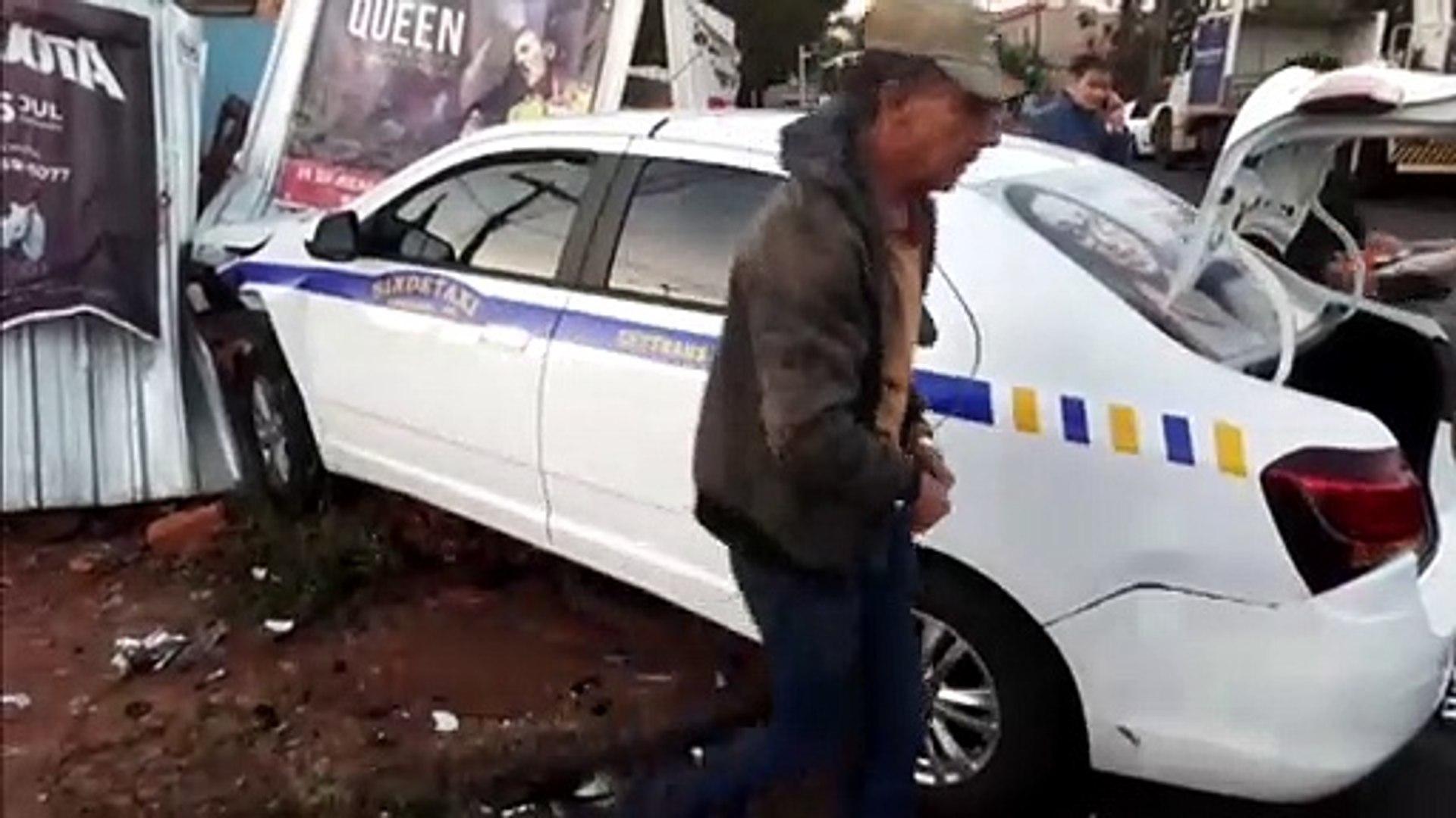 Forte impacto: dois carros batem na Avenida Brasil