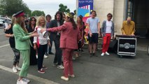 Des bénévoles accueillent en chanson les festivaliers de Francofolies arrivés en gare de La Rochelle