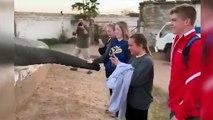 Este elefante no quiere fotos: trompazo directo deja en shock a estos jóvenes