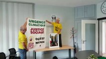 Des militants écologiques décrochent le portrait de Macron en mairie de Roche-les-Baupres
