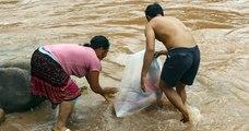 Au Vietnam, des enfants d'un village traversent la rivière dans des sacs plastiques pour aller à l'école
