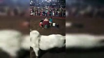 Un taureau lui fonce dessus et il fait le choix fou de ne pas bouger !