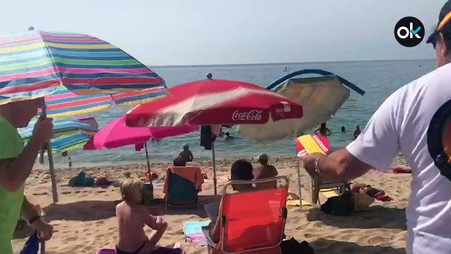 Banderas de España, 'Tiro al prófugo' y un falso Junqueras en una playa de Barcelona