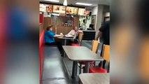 Abuelas racistas atacan al encargado de un restaurante