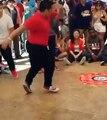 L'habit ne fait pas le moine - Cet homme a des mouvements de danse exceptionnels !