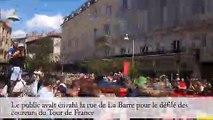 Remontée en hyperlapse de la rue de La Barre à Mâcon envahie par le public du Tour de France