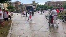 El viento y la lluvia hacen acto de presencia en los Sanfermines: el vendaval en la Plaza del Castillo