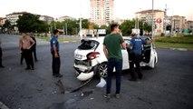 Minibüs ile otomobil çarpıştı: 1'i ağır 2 yaralı