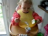 Clémentine mange Petit suisse toute seule