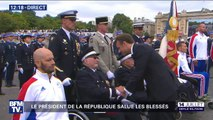 Le président Emmanuel Macron salue des vétérans et des soldats blessés