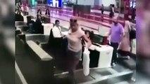 A l'aéroport, une passagère emprunte le tapis d'enregistrement des valises !