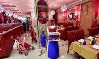 """موظفة بمطعم في دبي تثير ضجة... من هي """"روبي""""!"""