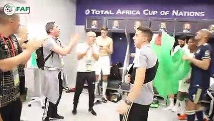 Les joueurs de l'EN célèbrent la victoire aux vestiaires