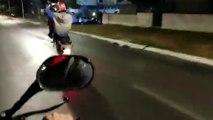 Un motard se fait rattraper très rapidement pas le karma alors qu'il fait une roue avant