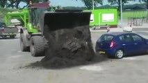 Un client insiste pour se faire livrer sa commande de sable alors que sa remorque est trop petite