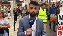 G7-csúcs: lopott Macron-képekkel tüntettek