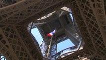 75 ans après, le drapeau français à la tour Eiffel