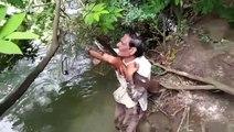Un poisson vient remercier cet homme chaque jour car il l'a sauvé