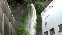 ZONGULDAK Sağanak yağmur nedeniyle bir evi su bastı, TIR su kanalına devrildi