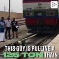 Un hombre moviendo un tren de 125 toneladas