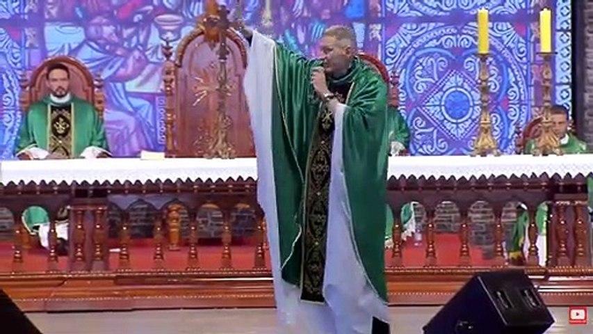 Mujer tira al suelo a un sacerdote en plena misa