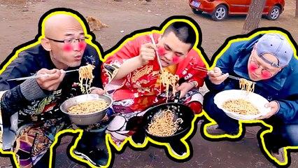 【户外美食】摄像小哥想吃面,徒弟一道蔬菜鸡蛋炒面,仨人蹲着吃巨香!#农村美食