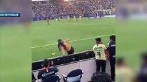 Une fan entre sur le terrain et saute dans les bras de Gignac