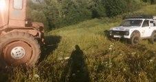 Ils se foirent complètement en voulant désembourber une voiture avec un tracteur !