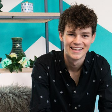 Hayden Summerall Talks Collaborating With Shawn Mendes & Fans Pulling Him Off Stage!!
