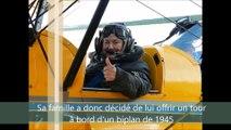 Edmonde Campal, 83 ans, vient d'effectuer un vol dans un biplan de 1945 à l'aérodrome Dijon-Darois