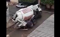 Un camion toupie se renverse et explose toute la chaussée !