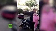 Cette maman attache son fils derrière le scooter pour le punir