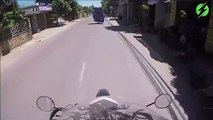 Ce motard transporte des dizaines de tonneaux sur sa moto... Joli