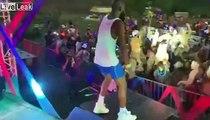 Ce chanteur tombe sur la barrière en sautant dans le public de ce festival !