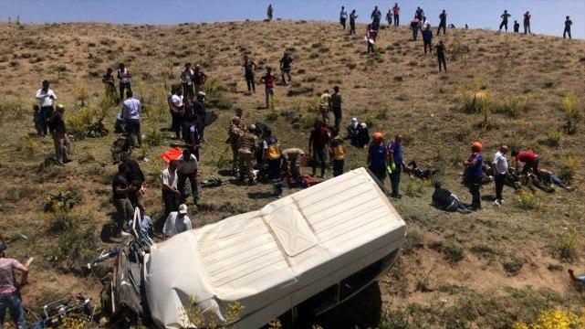 Son dakika! Van'da göçmenleri taşıyan minibüs takla attı: Çok sayıda ölü ve yaralı var