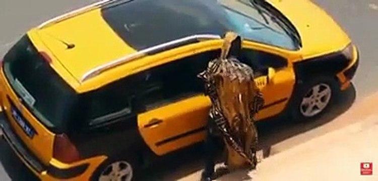 camera cachée Mahfousse fait monter un Djinn dans un taxi
