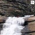Este kayakista está a punto de abordar uno de los toboganes de agua naturales más grandes del mundo