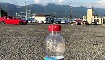 Bottle cap challenge... avec une voiture en dérapage contrôlé !