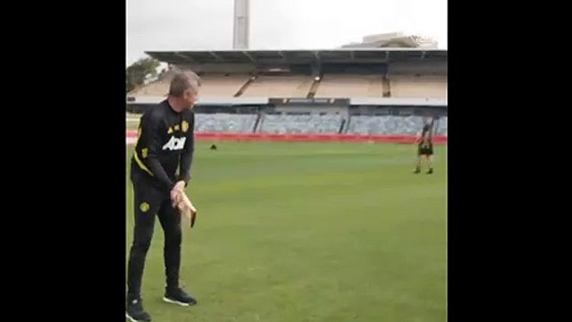 Solskjaer plays cricket in Australia, gets out to superb Carrick catch