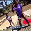 Ces deux enfants montre que les vacances commencent. Admirez leur joie !