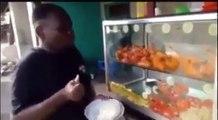 Cet homme affamé mange pour la première fois depuis longtemps. Regardez ce qu'il fait !