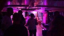 Sur le bateau discothèque, les passagers font la fête !