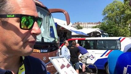 Julien Jurdie présente les oreillettes d'AG2R-la-Mondiale