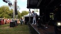 Le chanteur mouscronnois Jacky Delmone au parc de Mouscron pour le 21 juillet