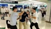 Des membres des triades japonaises attaquent des manifestants dans le metro