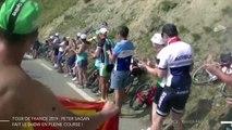 Peter Sagan signe des autographes sur son vélo et fait des roues arrières en plein cols