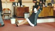 Nach Urteil: Ehemalige Richterin wird aus Gerichtssaal geschleift