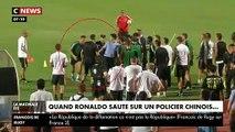 Regardez Cristiano Ronaldo qui, en plein match en Chine hier soir, saute sur un policier en faisant semblant de l'agresser